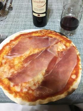 Pizza margarita con prosciutto crudo.