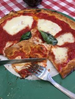 Pizza margarita in Napoli.
